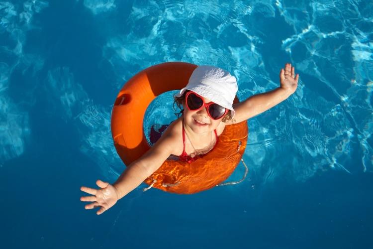 dítě v bazénu s kruhem
